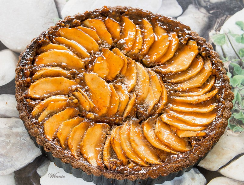 Apple Tart with Nuts and Date-syrup